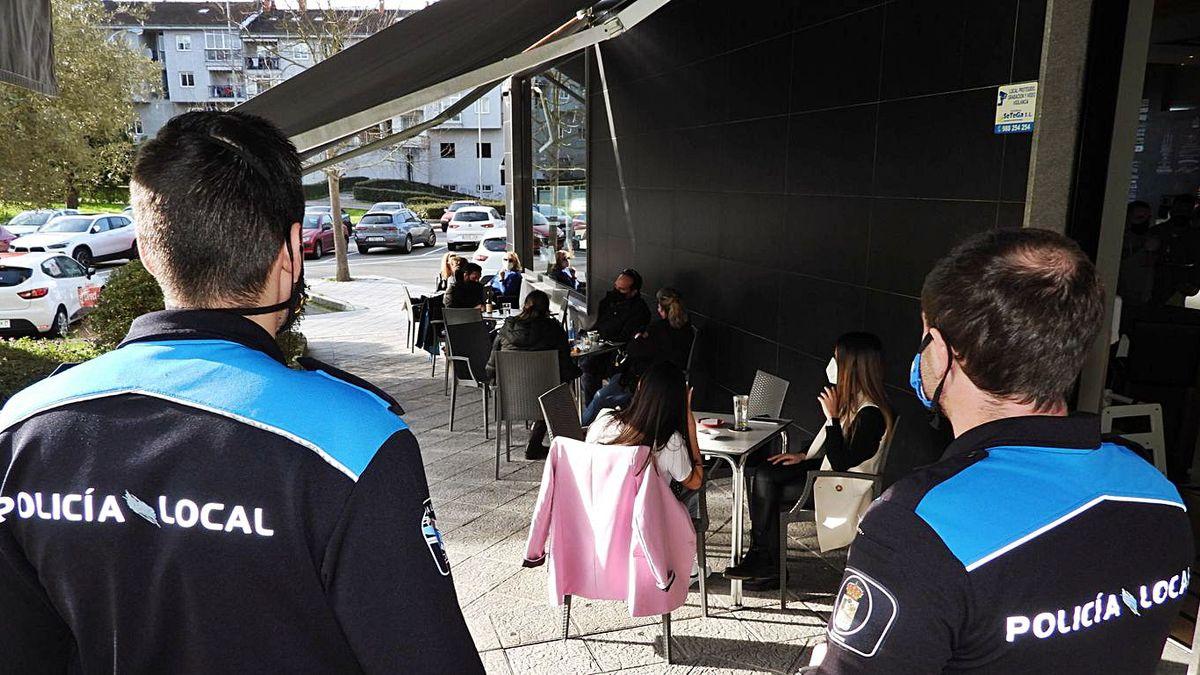 Policía Local controlando ayer los aforos en veladores de la ciudad.   | // FERNANDO CASANOVA